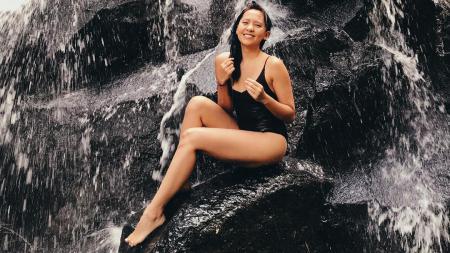 Lala Karmela saat berenang di atas batu kali. - INDOSPORT