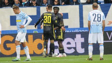 Moise Kean dan Bentancur merayakan gol yang dicetak ke gawang SPAL di laga pekan ke-32 Serie A Italia, Sabtu (13/04/19). - INDOSPORT
