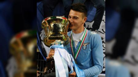Mika Rokavec memegang trofi juara bersama Lazio - INDOSPORT