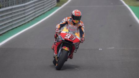 Pembalap Honda, Marquez berada di lintasan menuju pit stop (Mirco Lazzari gp/Getty Images). - INDOSPORT