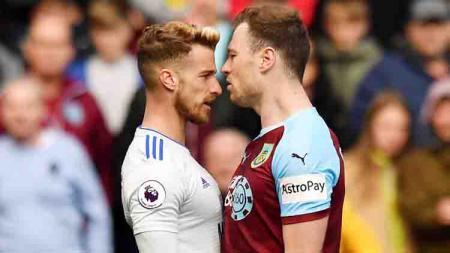 Joe Bennett dari Cardiff City (kiri) dan Ashley Barnes (Burnleys) saling berhadapan pada pertandingan Liga Inggris di Turf Moor, Burnley. Foto: Anthony Devlin/PA Images via Getty Images - INDOSPORT