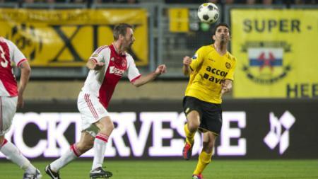 Sanharib Malki (kanan) saat berseragam Roda JC melawan Ajax Amsterdam. - INDOSPORT