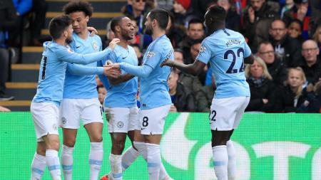 Raheem Sterling merayakan gol bersama para pemain Man City usai membobol gawang Crystal Palace (Marc Atkins/Getty Images). - INDOSPORT