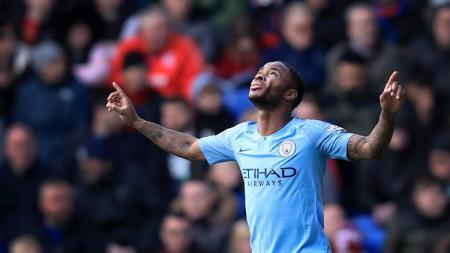 Raheem Sterling berselebrasi usai mencetak gol kedua ke gawang Crystal Palace, Minggu (14/04/2019), (Marc Atkins/Getty Images). - INDOSPORT