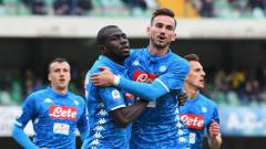 Indosport - Selebrasi Kalidou Koulibaly usai cetak gol ke gawang Chievo di lanjutan Serie A Italia, Minggu (14/04/19), di Stadion Marcantonio Bentegodi.