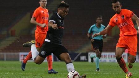 Saddil Ramdani berusaha melepaskan tembakan pada laga PKNS vs Pahang, Minggu (14/04/19), di Stadion Shah Alam. - INDOSPORT