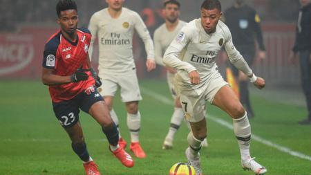 Kylian Mbappe saat berusaha mengejar bola di laga Lille vs PSG. - INDOSPORT