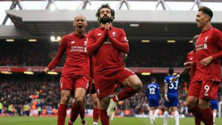 Selebrasi yoga Mohamed Salah usai cetak gol ke gawang Chelsea, Minggu (14/04/19), di Anfield.