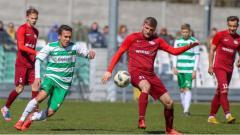 Indosport - Pemain Lechia II Gdańsk Egy Maulana Vikri (kiri) mencoba merebut bola dari pemain Wikęd Luzino pada laga Lechia II Gdańsk vs Wikęd Luzino. Foto: lechia.net
