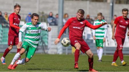 Pemain Lechia II Gdańsk Egy Maulana Vikri (kiri) mencoba merebut bola dari pemain Wikęd Luzino pada laga Lechia II Gdańsk vs Wikęd Luzino. Foto: lechia.net - INDOSPORT