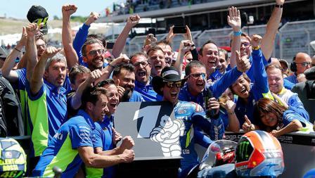 Selebrasi Alex Rins dan tim Suzuki di MotoGP Amerika, Senin (15/04/19). Foto: Chris Covatta/Getty Images