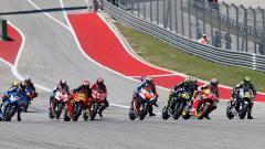 Indosport - Sengitnya titik start balapan MotoGP Amerika di Sirkuit COTA, Senin (15/04/19). Foto: Chris Covatta/Getty Images