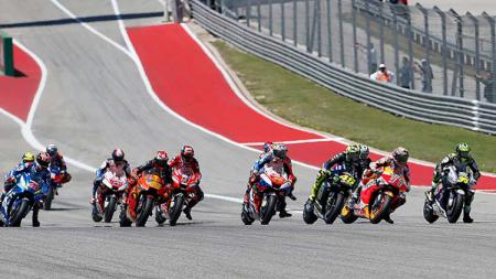 Sengitnya titik start balapan MotoGP Amerika di Sirkuit COTA, Senin (15/04/19). Foto: Chris Covatta/Getty Images - INDOSPORT