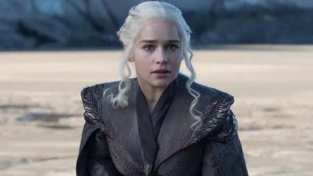 Emilia Clarke saat memerankan Daenerys Targaryen di serial televisi Game of Thrones. Foto: maxim.com - INDOSPORT