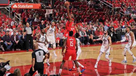 Pemain megabhintang Houston Rockets, James Harden melakukan dunk saat melawan Utah Jazz pada NBA Playoffs 2019 di Toyota Center. - INDOSPORT