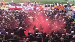 Indosport - Fans Chelsea dilempari bom asap oleh suporter Liverpool, Minggu (14/04/19).