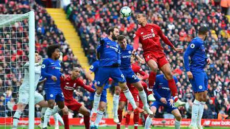 Pemain Liverpool, Fabinho melakukan sundulan di kotak penalti pada Liga Premier antara Liverpool vs Chelsea di Anfield (14-04-2019) di Liverpool, Inggris. Foto: Richard Martin-Roberts/CameraSport via Getty Images - INDOSPORT