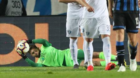 Kiper Empoli, Bartlomiej Dragowski, lakukan penyelamatan saat hadapi Atalanta, Selasa (16/04/19), di Stadion Atleti Azzurri d'Italia. - INDOSPORT
