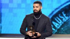 Indosport - Penyanyi Kanada, Drake, saat menang Grammy Awards 2019.