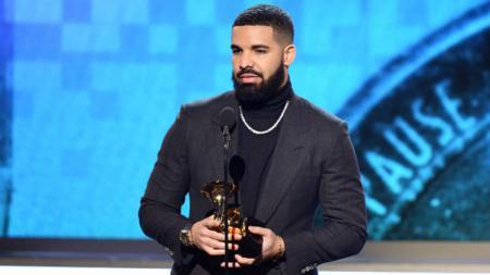 Penyanyi Kanada, Drake, saat menang Grammy Awards 2019. - INDOSPORT