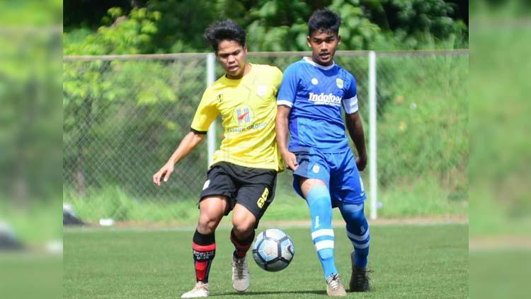 Gelandang Persib Bandung U-16 Fauzand Abbas Asseggaf (kanan). Copyright: Pandu Persada/Persib.co.id