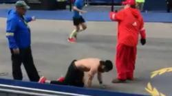 Mantan marinir Amerika yang ikut berlari sampai merangkak hingga garis finis di lomba Boston Marathon, Senin (15/04/19)