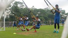 Indosport - Para pemain Badak Lampung FC mengikuti latihan di Lestarindo Sport Garden, Boyolali. Ronald Seger Prabowo/INDOSPORT