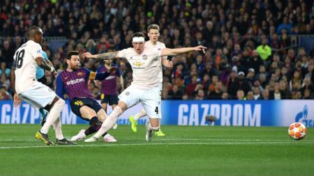Lionel Messi saat melakukan tendangan dan dihalangi dua pemain Manchester United. - INDOSPORT