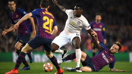 Paul Pogba berusaha untuk melindungi bola dari rebutan pemain Barcelona. - INDOSPORT