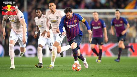 Lionel Messi saat membawa bola dan dikejar para pemain Manchester United. - INDOSPORT