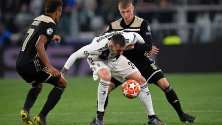 Moment ketika Pemain Juventus, Federico Bernardeschi (tengah) dihalau oleh Pemain ajax.
