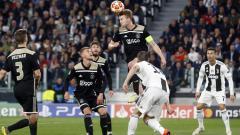 Indosport - Moment ketika Daley Sinkgraven Menghalau bola agar menjauh dari gawang Ajax.