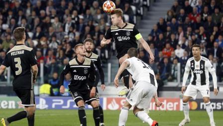 Moment ketika Daley Sinkgraven Menghalau bola agar menjauh dari gawang Ajax.