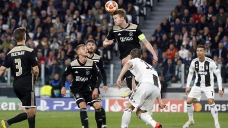 Moment ketika Daley Sinkgraven Menghalau bola agar menjauh dari gawang Ajax. - INDOSPORT