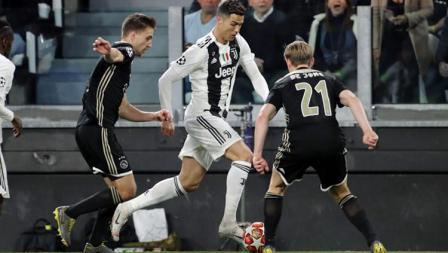 Cristiano Ronaldo saat sedang dihadang oleh pemain pertahanan Ajax.