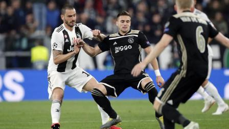 Leonardo Bonucci saat sedang berusaha menghentikan pemain Ajax.