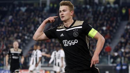 Mattthis De Light, bek tengah sekaligus kapten Ajax Amsterdam mendapat sanjungan dari Rio Ferdinand. - INDOSPORT