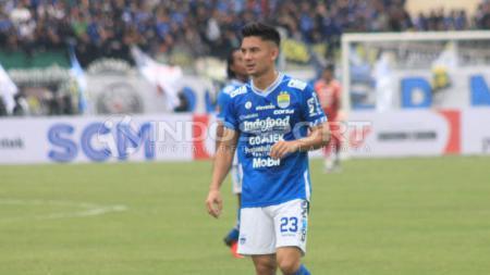 Gelandang Persib, Kim Jeffrey Kurniawan saat pertandingan menghadapi Persebaya di Piala Presiden 2019. (Arif Rahman/INDOSPORT) - INDOSPORT