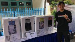 Indosport - Pebulutangkis Jonatan Christie pamer jari ungu usai coblos Pemilu 2019.