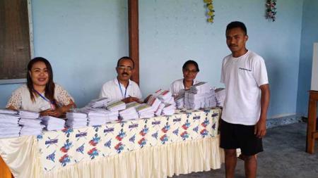 Bintang Timnas Indonesia U-19 dan U-23, Todd Rivaldo Ferre saat hendak menggunakan hak pilihnya di salah satu TPS di Sentani, Kabupaten Jayapura - INDOSPORT