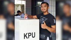Indosport - Kedua Persipura Jayapura, Fitrul Dwi Rustapa saat menyalurkan hak suaranya