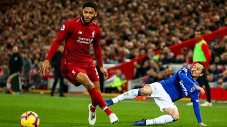 Nasib sial menimpa pemain Liverpool, Joe Gomez (kiri), dalam pertandingan bersama Timnas Inggris vs Montonegro pada Jumat (15/11/2019) dini hari WIB. - INDOSPORT