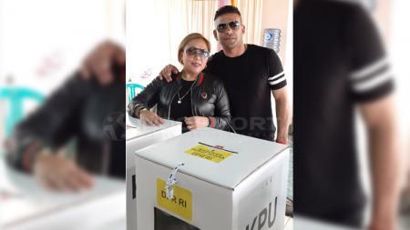 Cristian Gonzales saat mencoblos di Pemilu 2019 bersama sang istri, Eva Gonzales, Rabu (17/04/19) - INDOSPORT