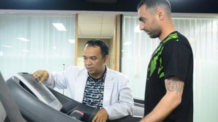 Tiba di Indonesia, pemain kelahiran Asgabat Artur Gevorkyan ini langsung menjalani tes medis di Indonesia Sport Medicine Center (ISMC). Foto: PERSIB.co.id/Rivan Mandala - INDOSPORT