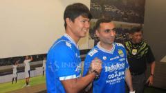 Indosport - Pemain anyar Persib Bandung, Artur Gevorkyan dan Achmad Jufrianto saat diperkenalkan manajemen Persib di Graha Persib, Jalan Sulanjana, Kota Bandung, Kamis (18/04/2019). Arif Rahman/INDOSPORT