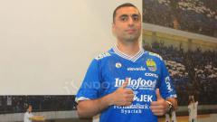Indosport - Pemain anyar Persib Bandung, Artur Gevorkyan saat diperkenalkan manajemen Persib di Graha Persib, Jalan Sulanjana, Kota Bandung, Kamis (18/04/2019). Arif Rahman/INDOSPORT