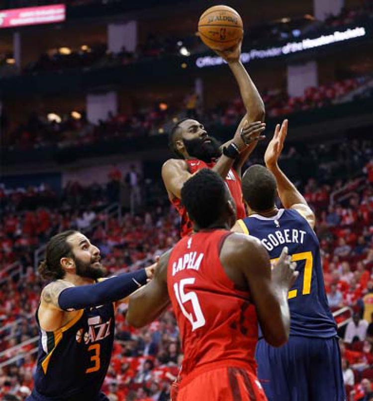 Pemain megabintang Houston Rockets, James Harden harus dijaga oleh 2 pemain Utah Jazz. Copyright: Bob Levey/GETTYIMAGES