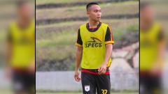 Indosport - Gelandang Persipura Jayapura, Muhammad Tahir saat latihan, batal debut di Timnas Indonesia vs Malaysia di Kualifikasi Piala Dunia 2022 karena masalah administrasi.