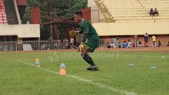 Indosport - Kiper Persipura Jayapura U-20, Adzib Al Hakim saat menjalani trial bersama tim Persipura senior berapa waktu lalu.