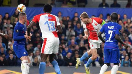 Sundulan Tomas Soucek ke gawang Chaelsea yang memperkecil skor menjadi 1-3 pada perempatfinal Liga Europa 2018/19, Jumat (19/04/19), di Stamford Bridge. - INDOSPORT